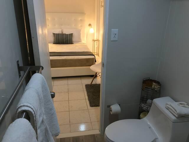 Vista del baño privado con sus amenities (jabón, shampoo, loción, etc.)
