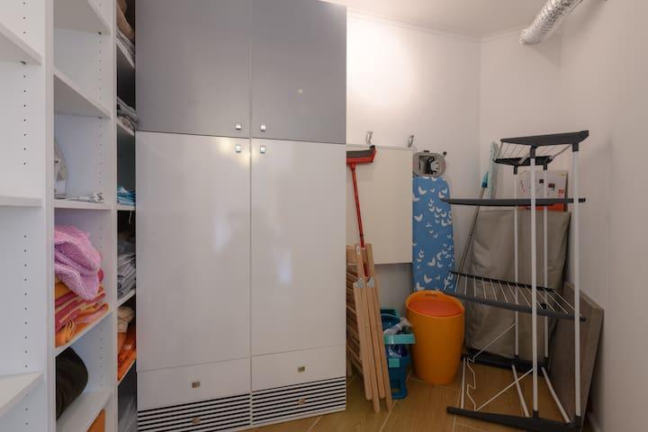 Abstellraum: Kleiderschrank, Wäschetrockner, Bügeleisen, Bügelbrett, Wäschekorb, zusätzlichen Klappstühlen, Ersatzbettwäsche, Ersatzhandtüchern, Putzmaterial, etc