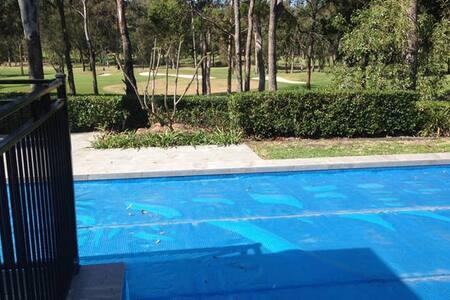 Pet friendly Granny flat, pool, near theme parks - Arundel