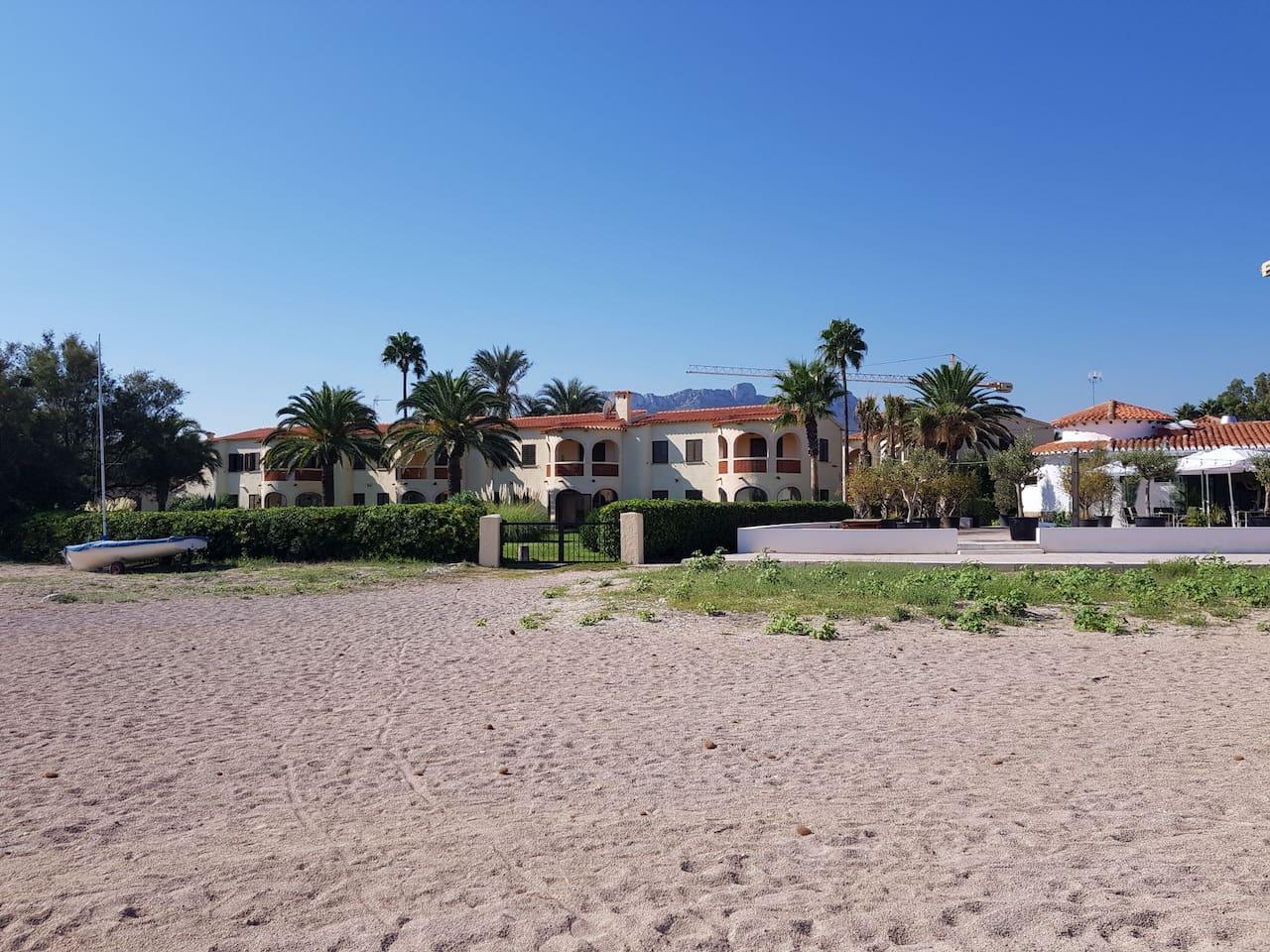 En primera línea de playa, directo desde el jardín. Con un restaurante con terraza para tomar algo desde la propia arena