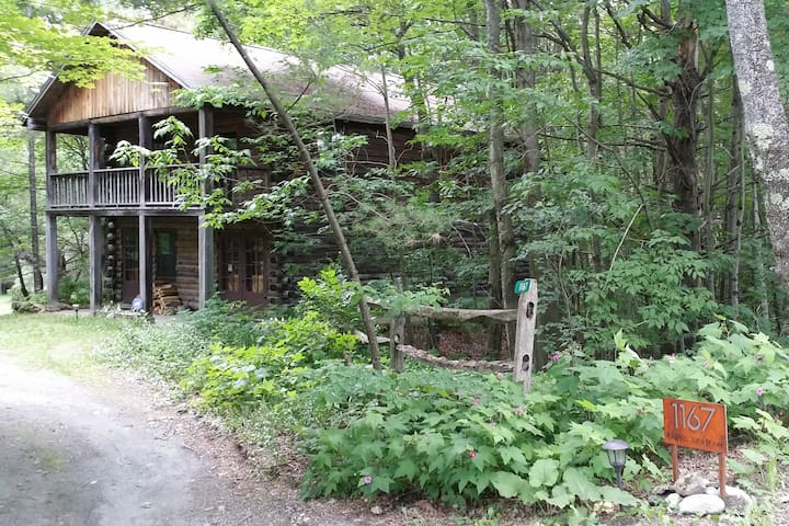 Cozy Log Cabin, Private, Close to Activities