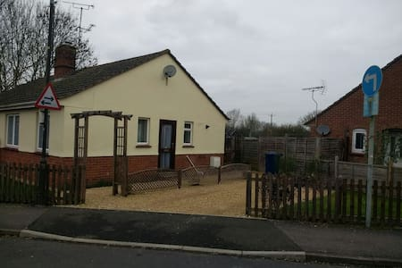 1 Bedroom Bungalow (sleeps 4) - Tewkesbury - 独立屋