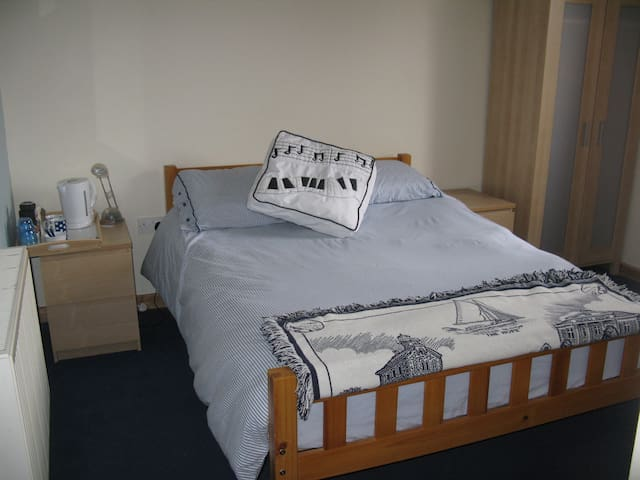 Double room in town house with private bathroom