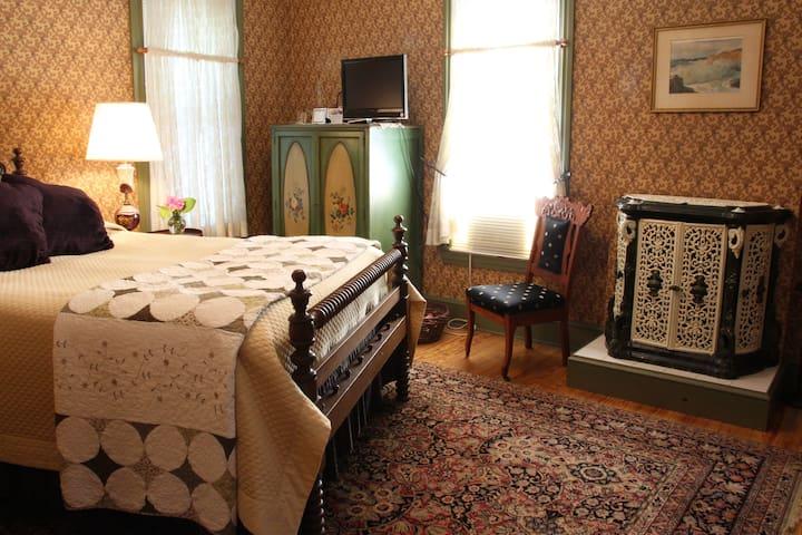 Topaz Room - Amethyst Inn
