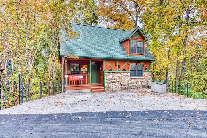 Dog-friendly cabin w/ private hot tub, deck & pool access - in Pigeon Forge!