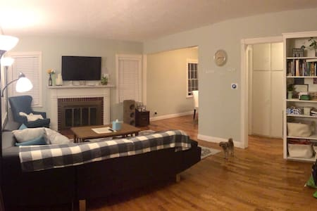Cozy bedroom close to MSU with parking space! - East Lansing - Hus
