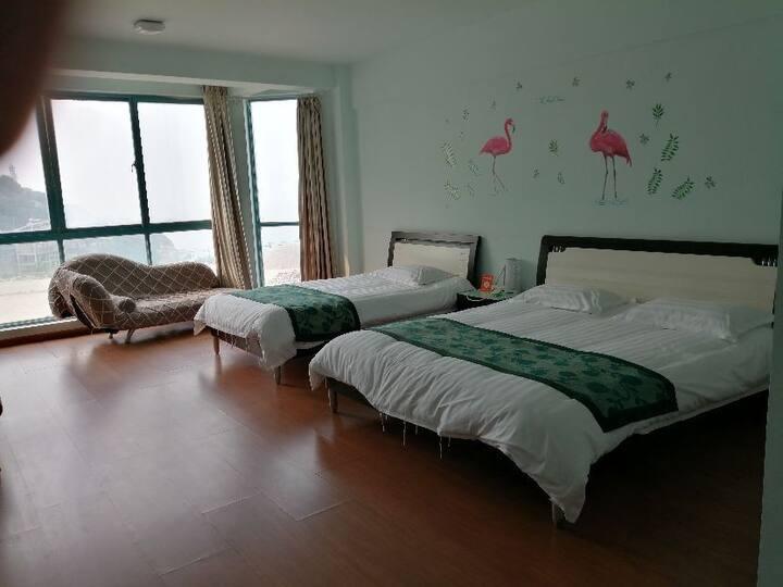 连岛大沙湾浴场边上的临海亲子房2