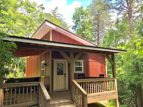 New Luxury Cabin close to Helen with hot tub!