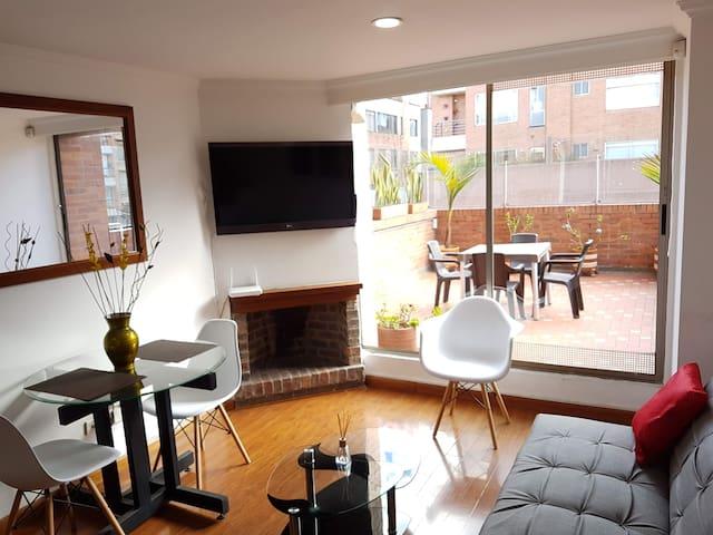 Lindo y cálido apartamento duplex de de una habitación,  tiene una estupenda terraza, chimenea, cocina dotada, sala comedor, parqueadero, internet de 50M y Directv. El sector es muy seguro y agradable para salir a caminar y zona comercial muy cerca.