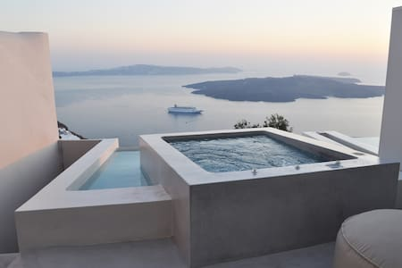 Villa Cloud, heated plunge pool, caldera view, hot tub