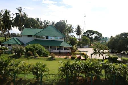 Young Island Resort Srirangapatna