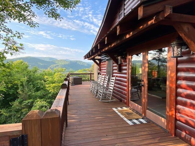 Mountain Views & Modern Comforts + Wifi & Hot Tub!