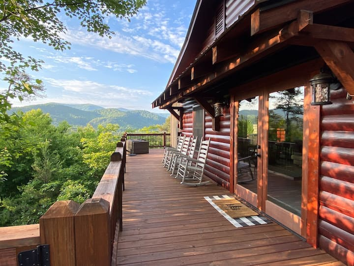 Mountain Views & Modern Comforts + Wifi & Hot Tub!