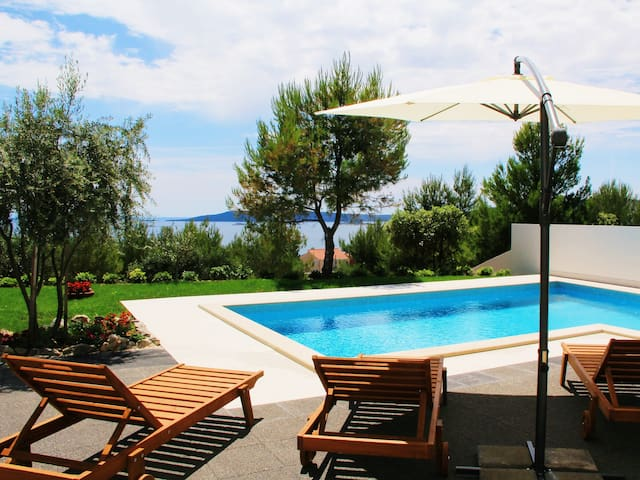 Charming Dalmatian Villa with garden and pool - Traù - Villa