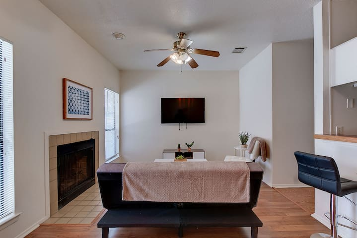 Austin Weekend Getaway w/Parking! Min to downtown!