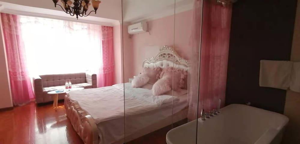 粉色公主浴缸房