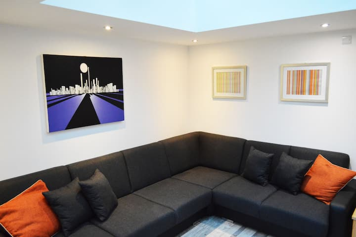 Convenient city centre accommodation (upstairs)