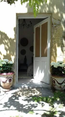 """""""LE CABANON"""" + petit déjeuner à 10 mn d'Avignon"""