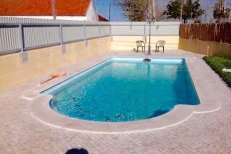 Irresistível moradia com piscina!! - Montes - Hus