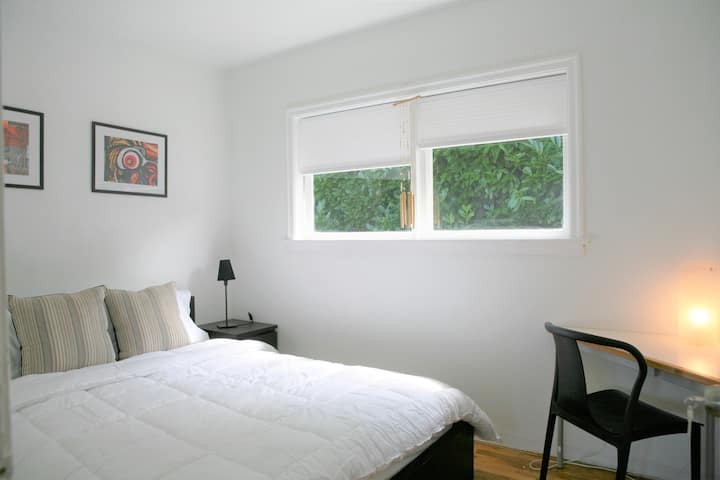 Quiet and Cozy Room in West Vancouver