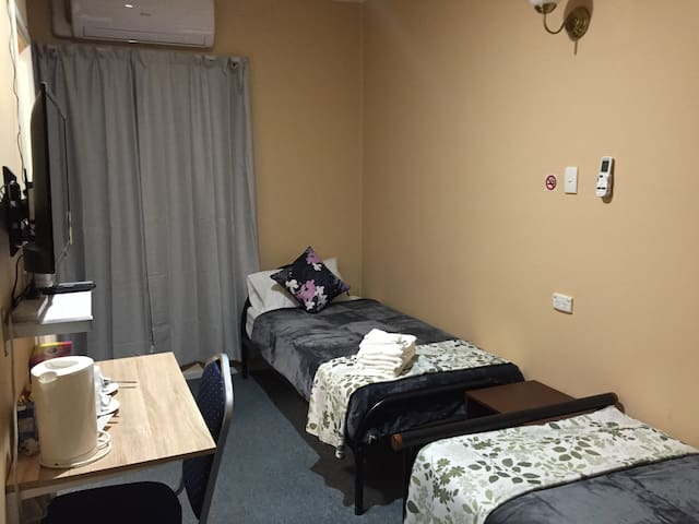 In town motel Cooma twin single bed ensuite room.