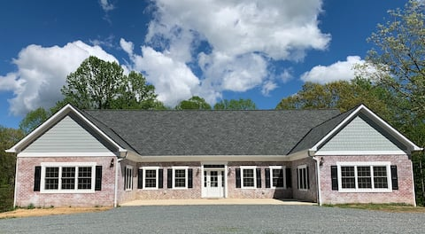 Large renovated home w/ 6 bedrooms and 2 kitchens!