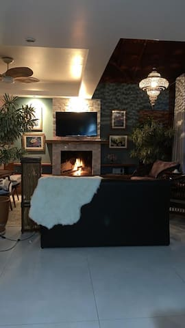 Foto tirada a noite da lareira acesa com o lustre Turco ligado o qual faz um jogo de luzes (pura arte). Atualmente mudamos os quadros e  e retiramos a TV e a substituímos por um lindo quadro oriental