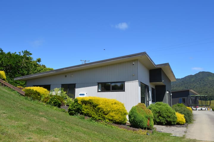 Mt Pirongia Guest House - more than meets the eye - Pirongia - Huis