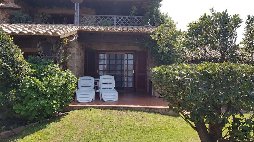 Studio climatisé avec piscine et jardin ; parking disponible