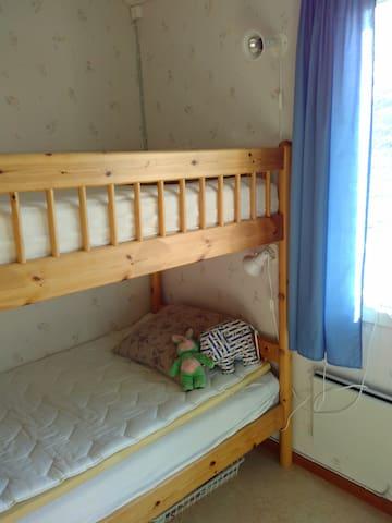 Det mindre sovrummet har en våningssäng med en stege.