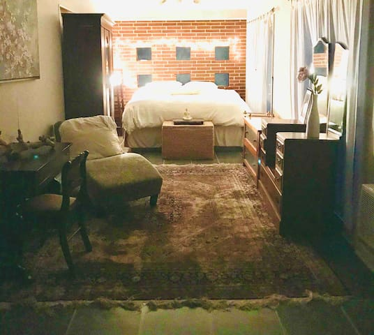 Studio apt. w/private entrance Kitchenette only
