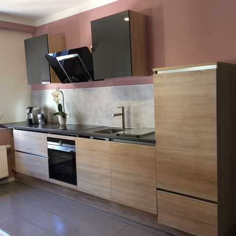 Newly renovated Apartment, 10 seconds to Metro