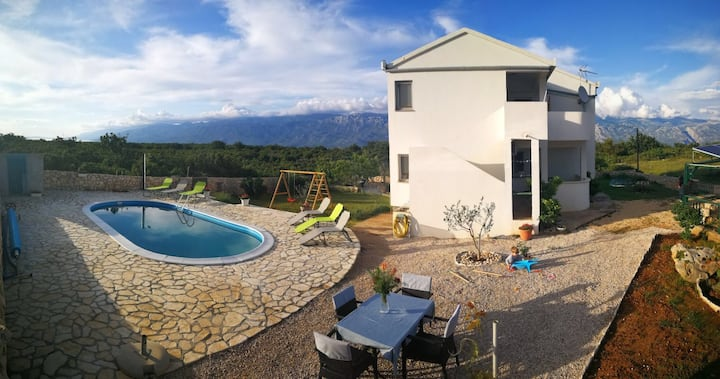 *Spacious Vila with Pool in the middle of Nature*