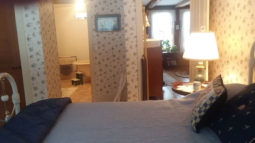4 Guests, 2 Rooms in 1 Place