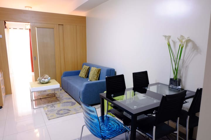 1BR Condo with balcony and w/ city view of MOA