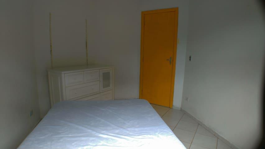 Quarto 01 tem uma cama de casal uma cômoda, cabe mais um colchão de solteiro no chão .