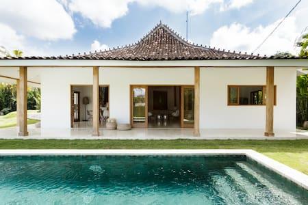 Belleza y sencillez en una lujosa villa balinesa