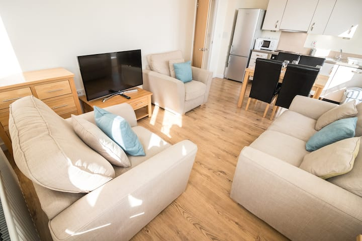 Bright and Sunny Apartment, Sleeps 4, Free Parking
