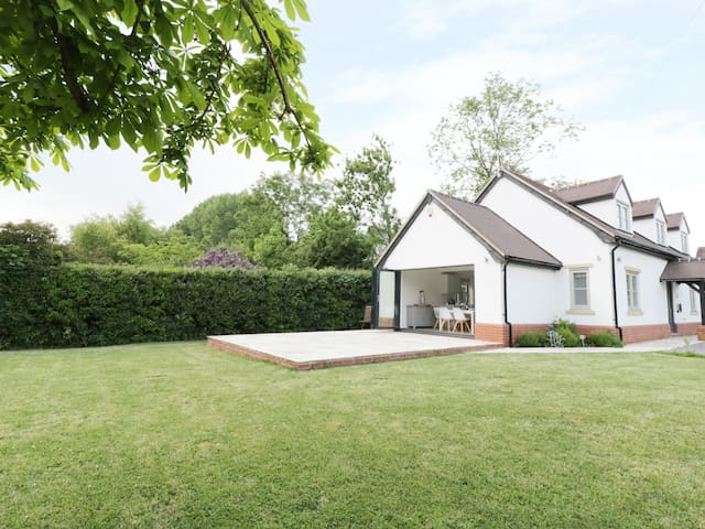 APPLETREE COTTAGE, family friendly in Pershore, Ref 973992