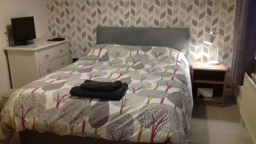 Double room en-suite near Farnborough.
