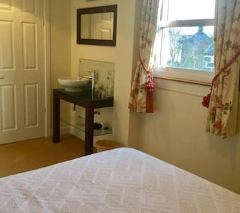 Lovely room, private shower, peaceful house. - Comrie