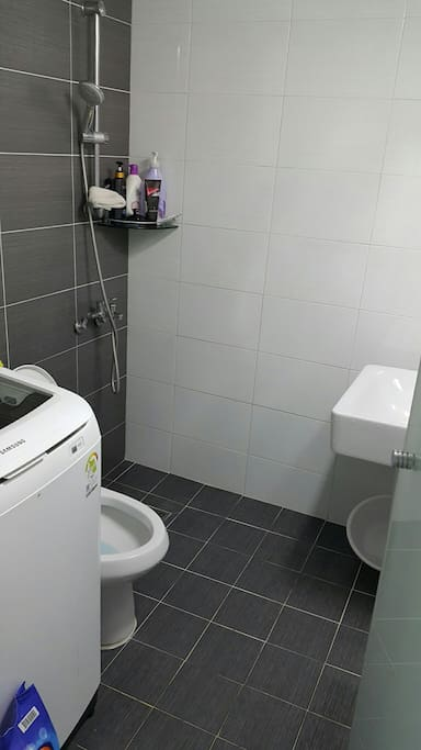 Clean bathroom. Washing machine available.