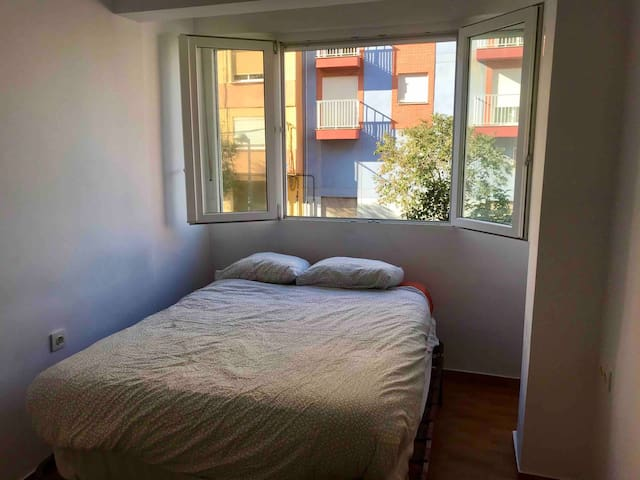 Private double bed / single room