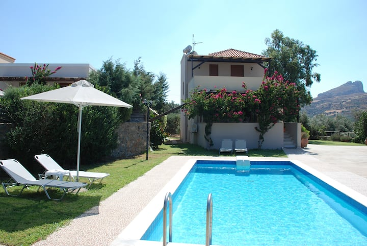 Villa with pool in Lefkogia