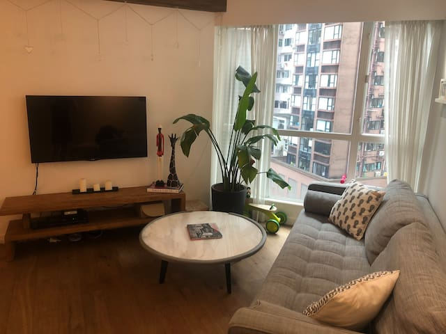 Huge 1 Bedroom + Study - Mid Levels, Hong Kong