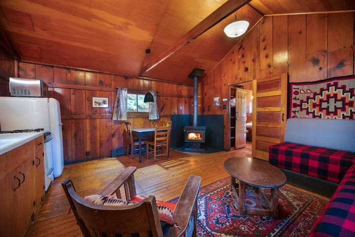 Corkins Lodge - Knothole Cabin