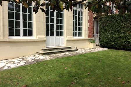Beau studio 70 m² jardin privatif (ménage inclus) - Saint-Cloud - Appartamento