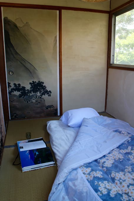 Two people can sleep in this room, or you can practice meditation, calligraphy, or ikebana here