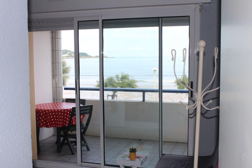 terraza y vistas desde dentro del apartamento