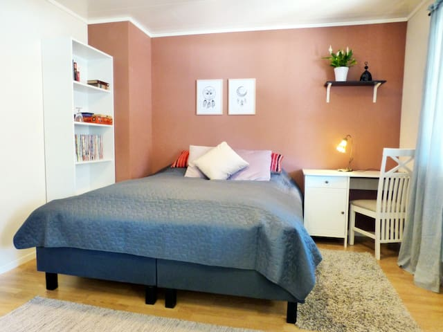 COZY BIG ROOM WITH PRIVATE BATHROOM CLOSE TO UiN!